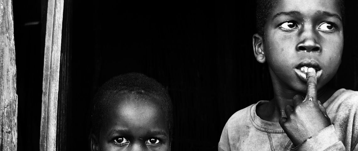 Deux enfants africains côte à côte