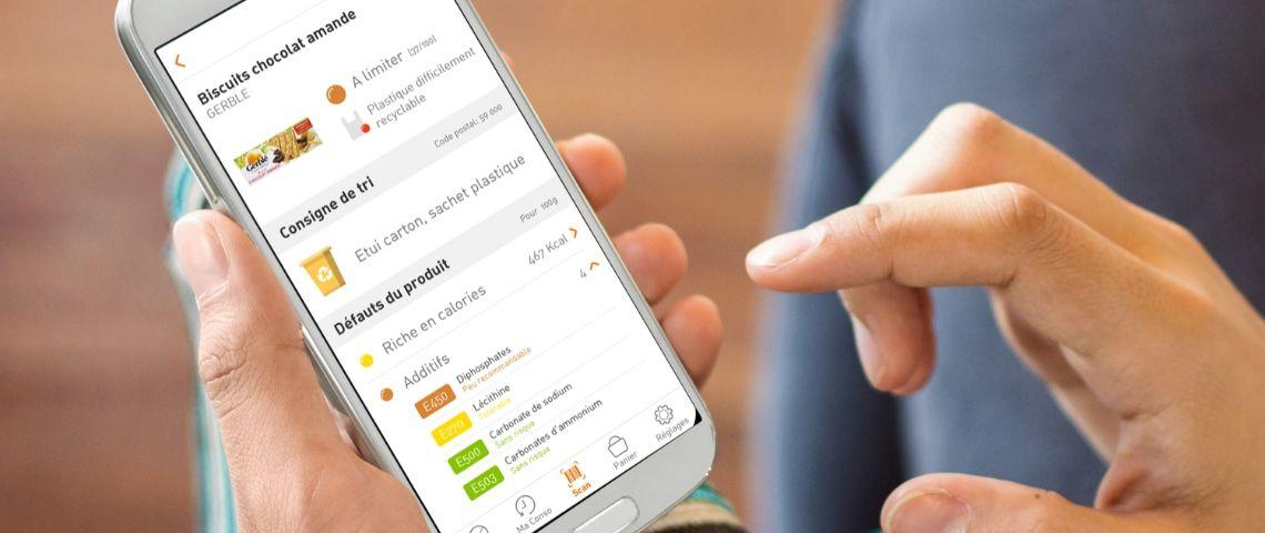 Les mains d'un homme ouvrent application sur smartphone