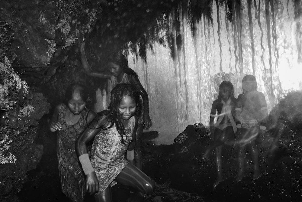 des enfants jouent dans la for$et amazonienne