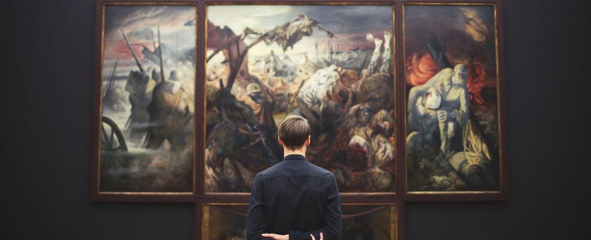 Homme contemplant un tableau au musée