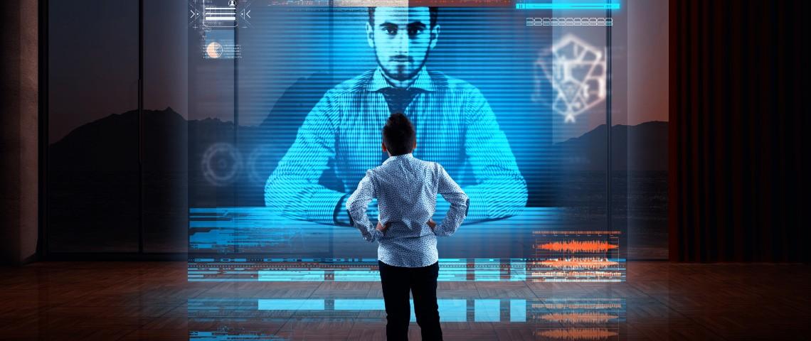 Homme devant hologramme géant de son collègue pendant une visio-conférence