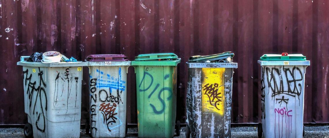 5 poubelles taguées