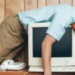 un homme en train de dormir sur son ordinateur