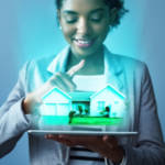 Une femme en train de visualiser une maison en réalité augmentée