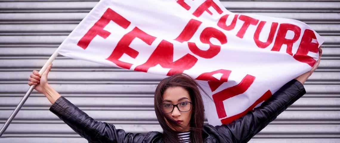 Une femme avec un drapeau Future is female
