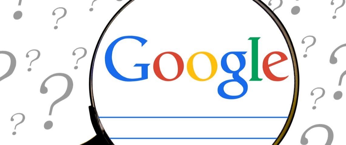 Loupe zommant sur le moteur de recherche Google