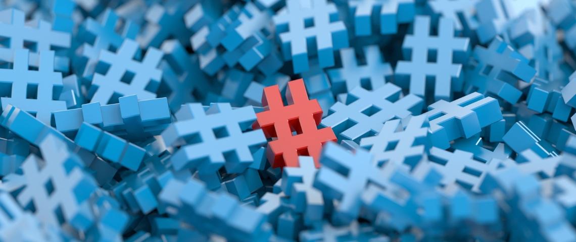 un hashtag rouge au milieu de hashtags bleu
