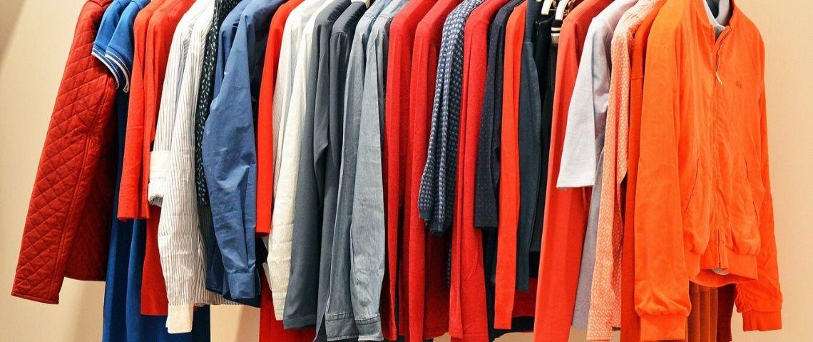 Vêtements sur des cintres