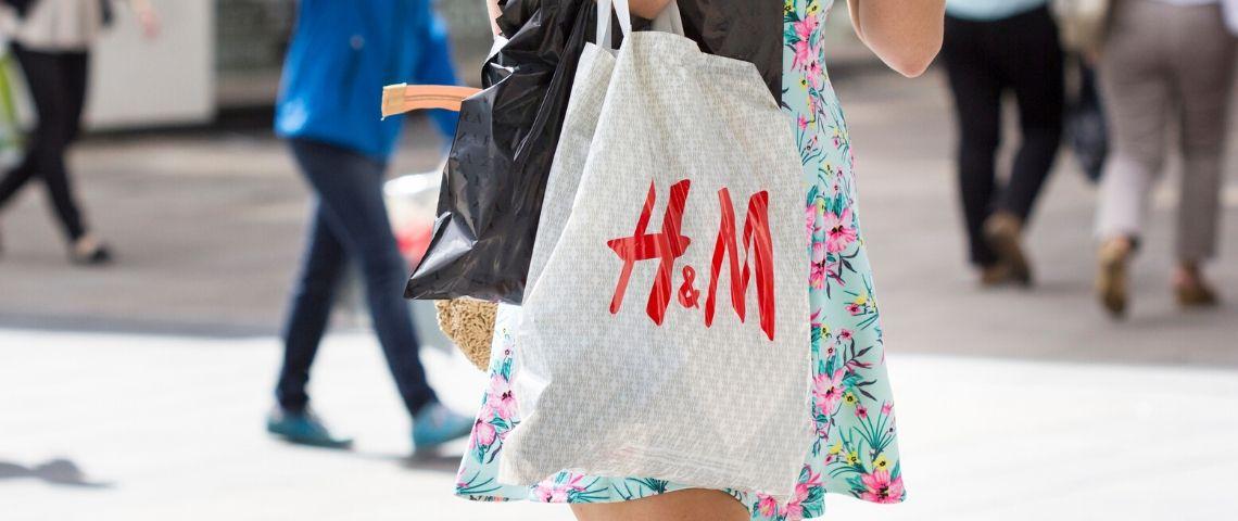 Une femme avec un sac en plastique H&M