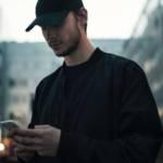Un homme qui écrit un message sur son smartphone