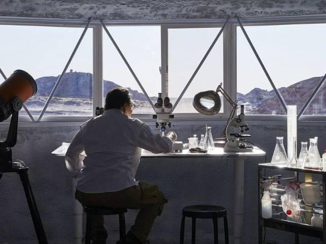 un scientifique travaillant de dos dans un laboratoire
