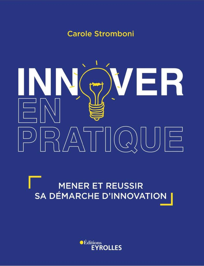 Couverture du livre de Carole Stromboli, bleu avec le titre Innover en pratique et à la place du O de pratique se trouve une ampoule