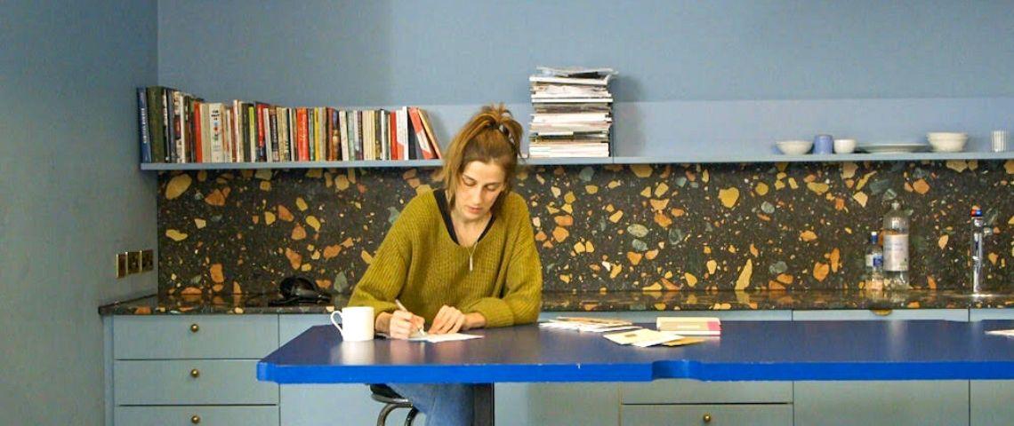 une jeune femme écrit une lettre
