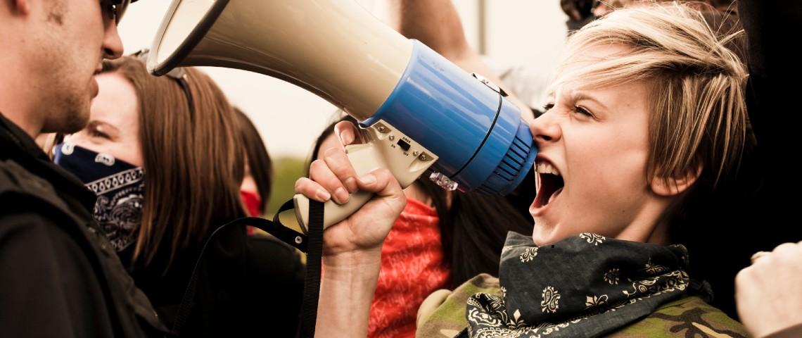 Manifestante tient un porte-voix pendant une manifestation