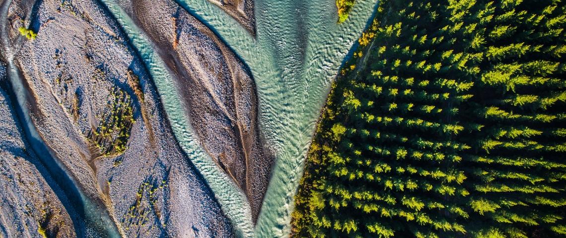 Une rivière et une forêt prises en photo depuis le ciel