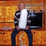 un homme attrape un tampon hygiénique