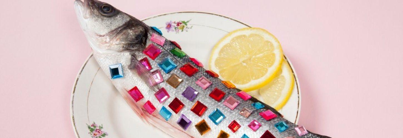 Un poisson avec des strass dessus dans une assiette