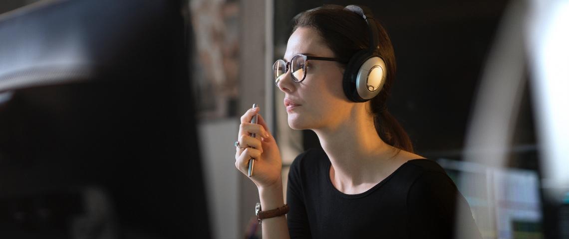 Une femme travaille devant un ordinateur