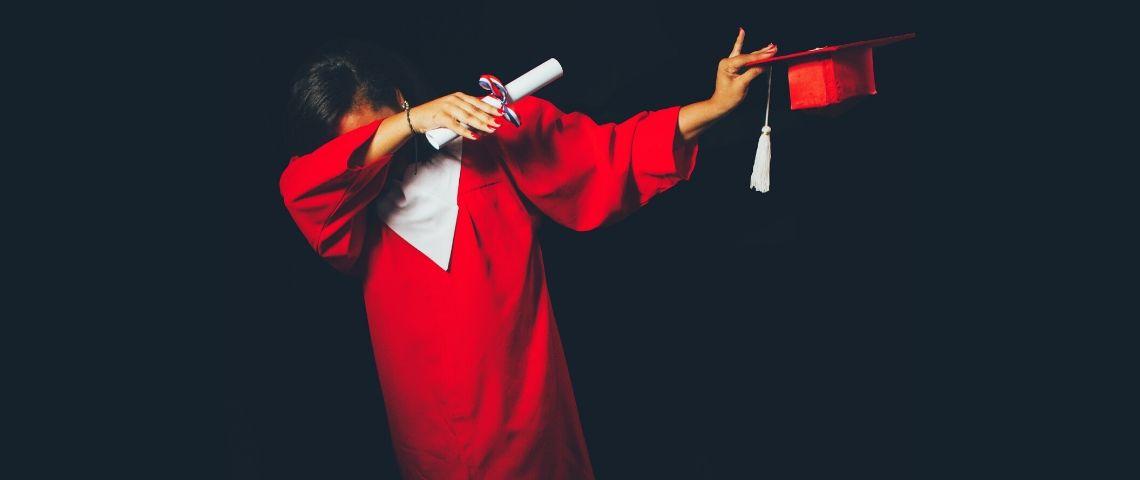 Une étudiante diplômée qui fait un dab