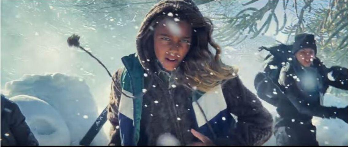Enfant qui courre dans la neige