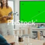 Femme en réunion devant un écran vert