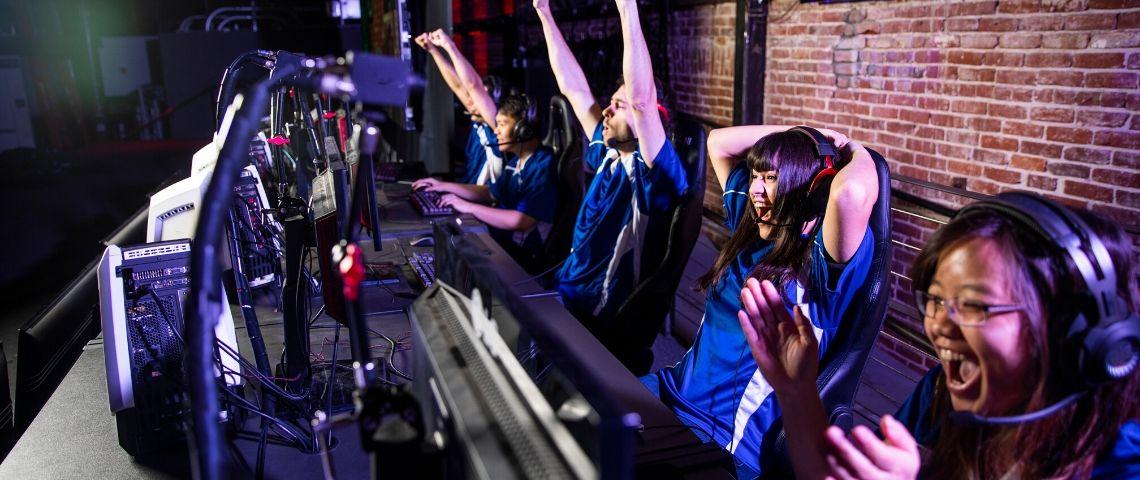 Une équipe esport explose de joie après une victoire