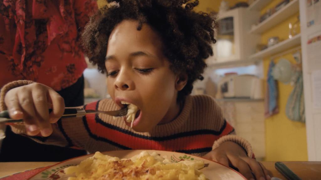 petite fille mangeant des pâtes
