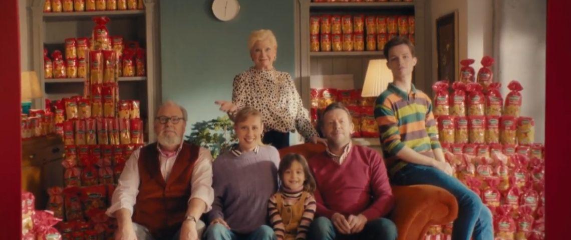 Capture d'écran du film publicitaie Panzani, avec une famille assise sur un canapé entouré de paquets de pâtes Panzani