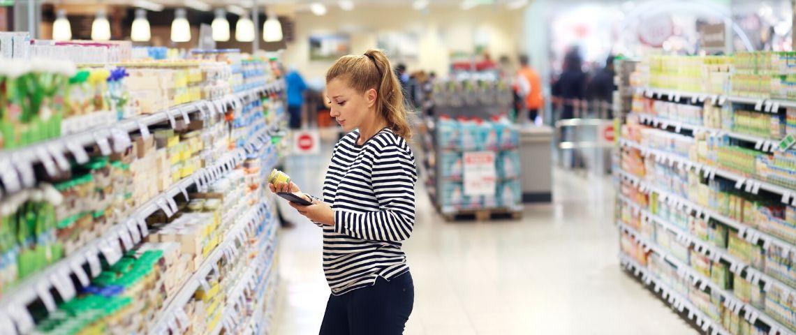 Une femme fait ses courses dans un supermarché