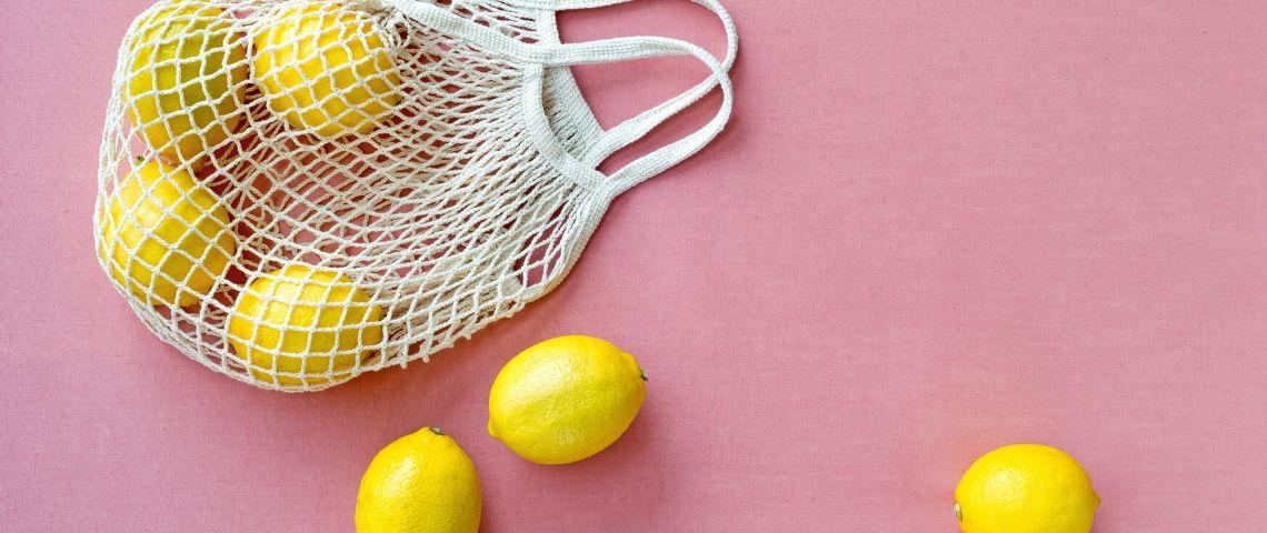 Des citrons dans un sac de courses