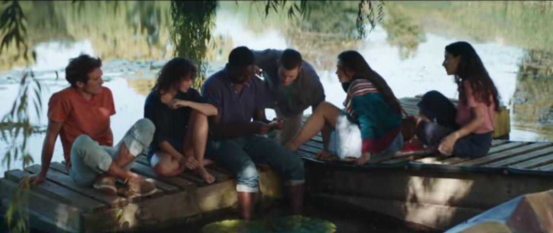 Capture d'écra nde la vidéo avec une bande de jeunes au bord de l'eau