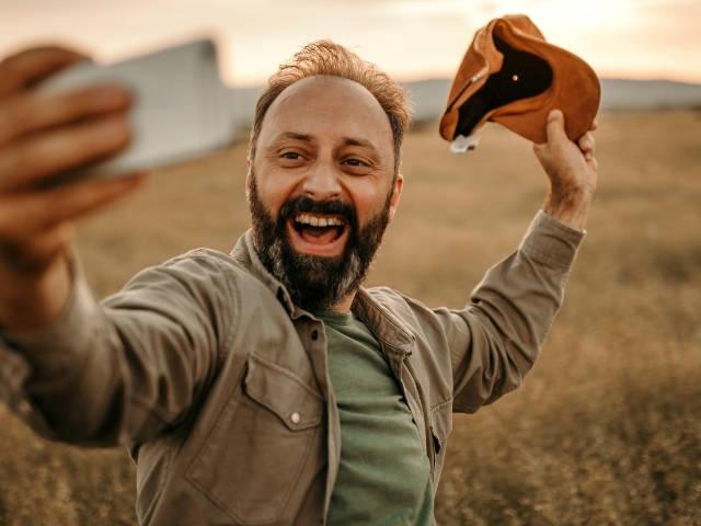 un agriculteur fait un selfie dans un champ