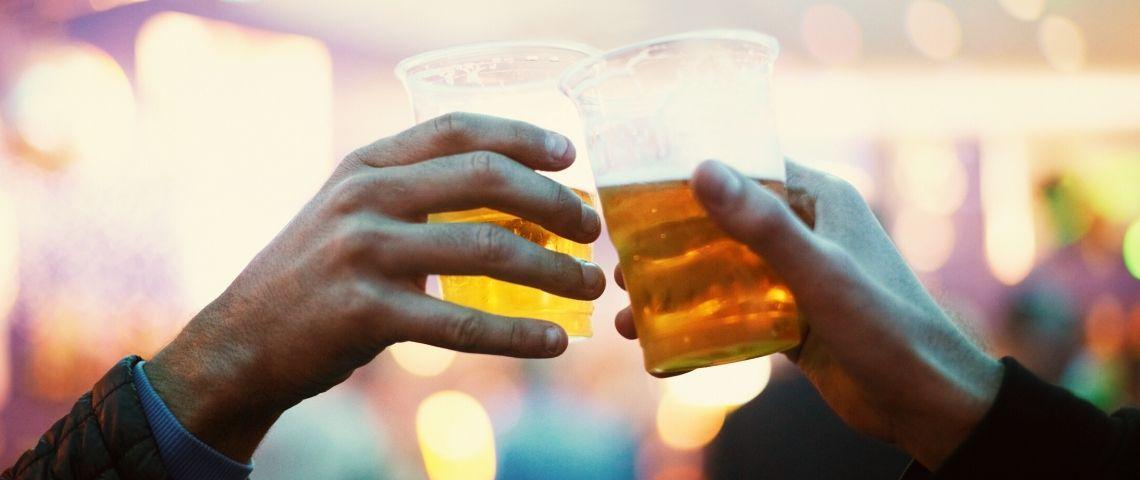 deux hommes trinquant à la bière