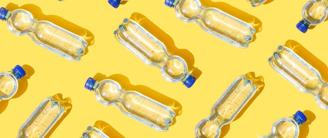 bouteilles en plastique sur fond jaune