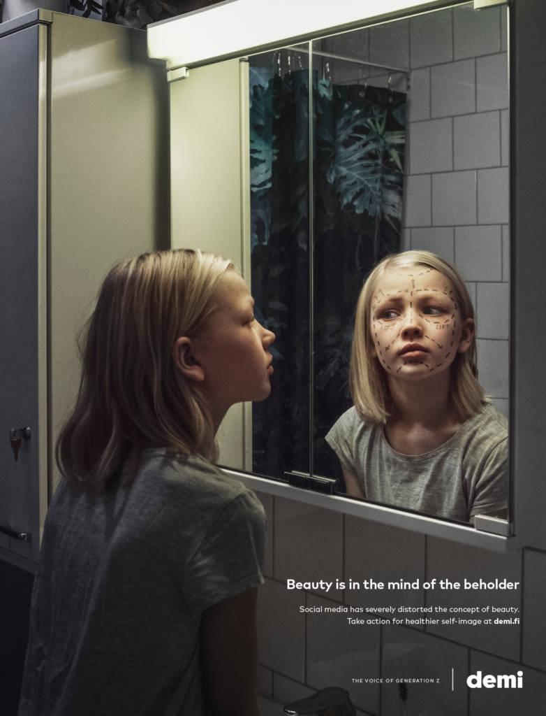 Jeune fille devant un miroir avec leur image qui comporte des traits de chirurgie esthétique