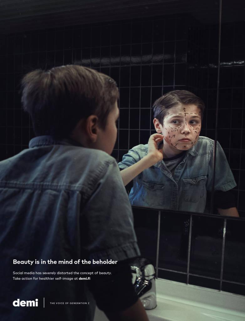 Jeune garçon devant un miroir avec leur image qui comporte des traits de chirurgie esthétique