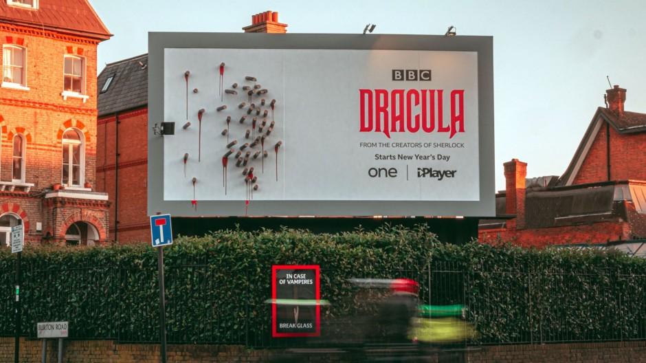 panneau de promotion de la série Dracula de jour