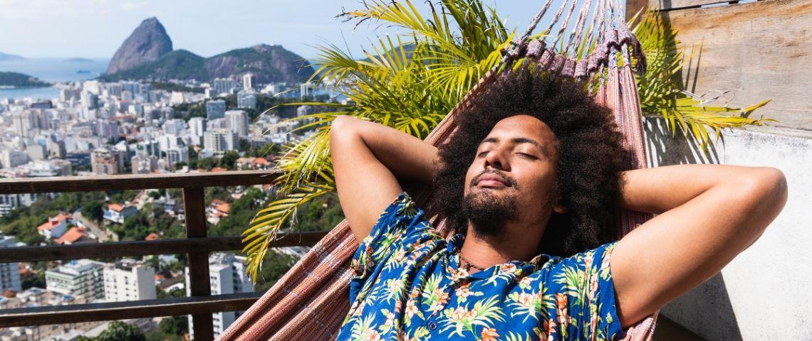 Un homme au Brésil allongé dans un transat