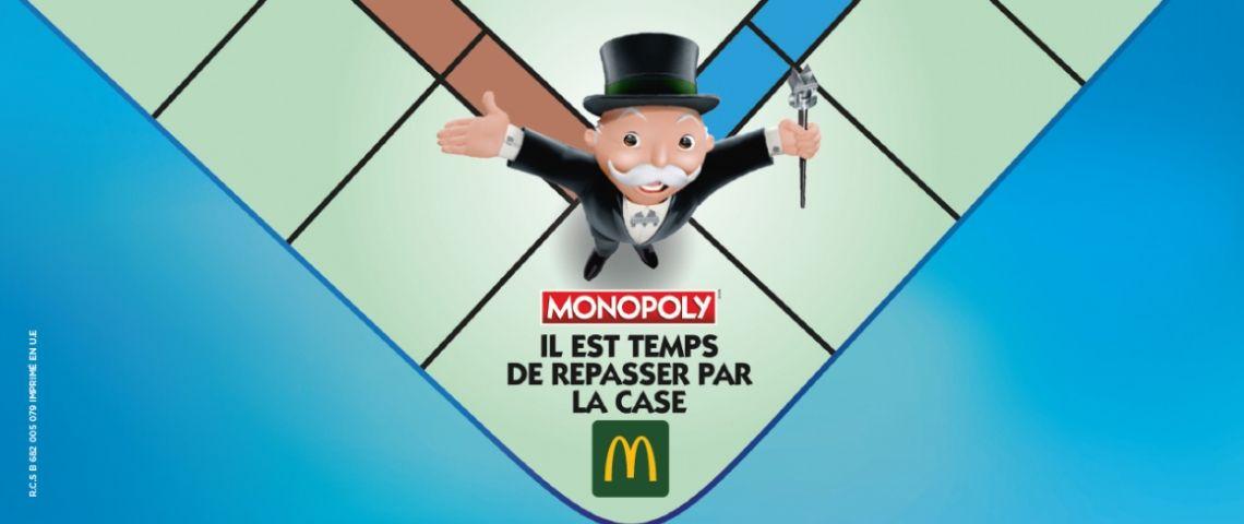 Personnage du jeu monopoly sur le plateau avec l'inscription  - il est temps de repasser par la case McDo