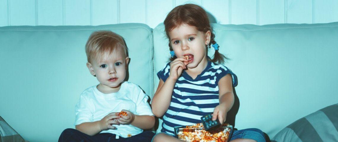 Deux enfants devant la télévision