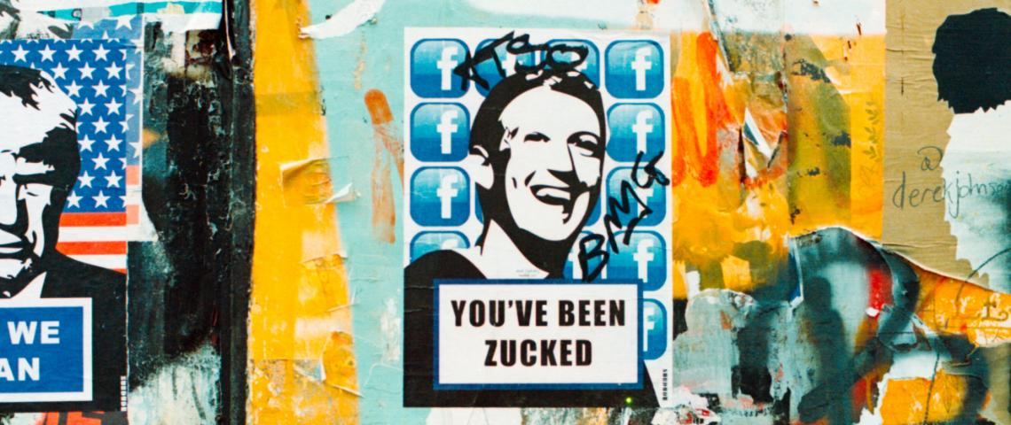 Le visage en noir et blanc de Mark Zuckerberg sur un mur taggé