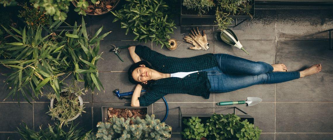 une femme allongée sur toit après avoir jardiné