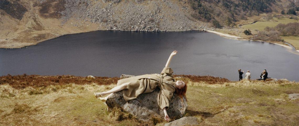 une femme allongée sur un rocher