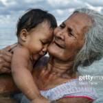 Femme tenant un enfant dans ses bras