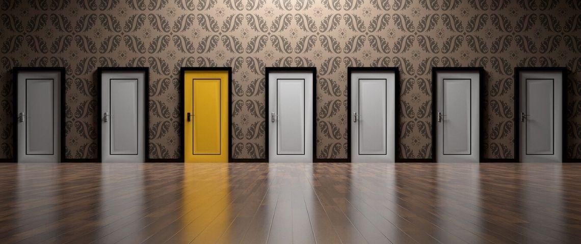 Plusieurs portes, toute blanche à l'exception d'une qui est jaune