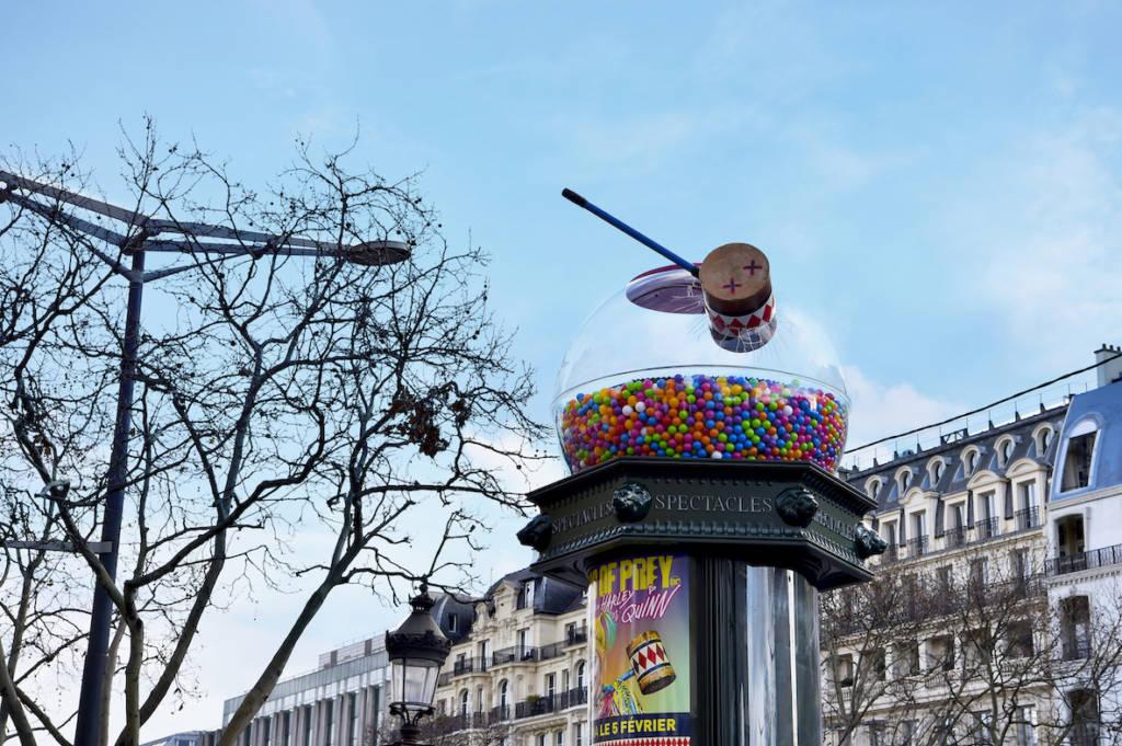 Colonne Morris parisienne transformée en distributeur de bonbons géant