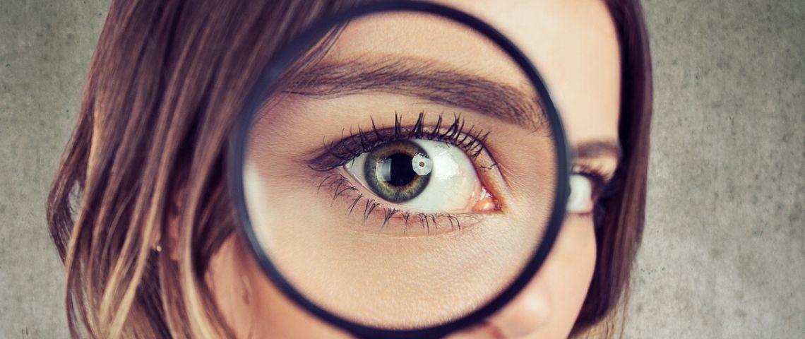 loupe avec oeil d'une jeune femme
