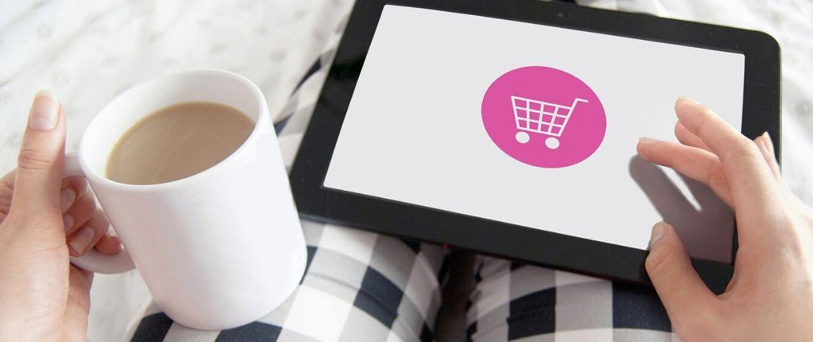 Tablette avec un caddie représentant les sites e-commerce