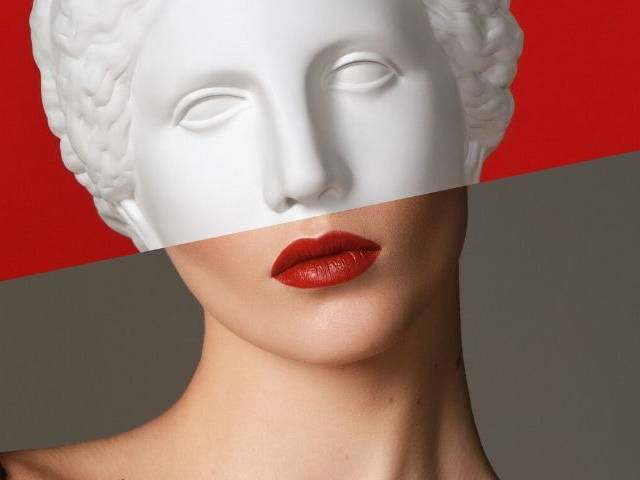 montage d'une femme avec une statue antique