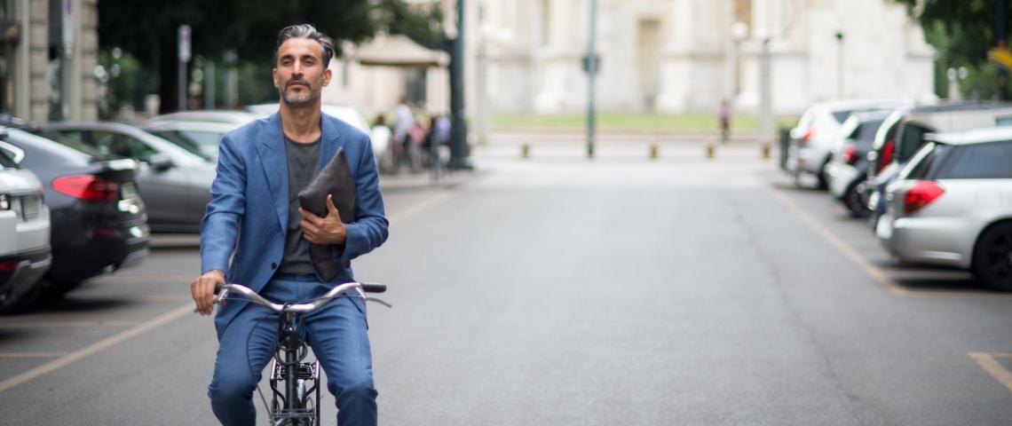 Un homme en costume sur un vélo dans Paris